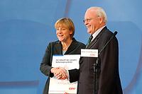 """30 SEP 2003, BERLIN/GERMANY:<br /> Angela Merkel, CDU Bundesvorsitzende, und Roman Herzog, Bundespraesident a.D. und Vorsitzender der Kommission, waehrend der Uebergabe des  Abschlussberichtes des CDU-Kommission """"Soziale Sicherheit"""", CDU Bundesgeschaeftstelle<br /> IMAGE: 20030930-02-012<br /> KEYWORDS: Renten-Kommission, Bundespräsident, Übergabe"""