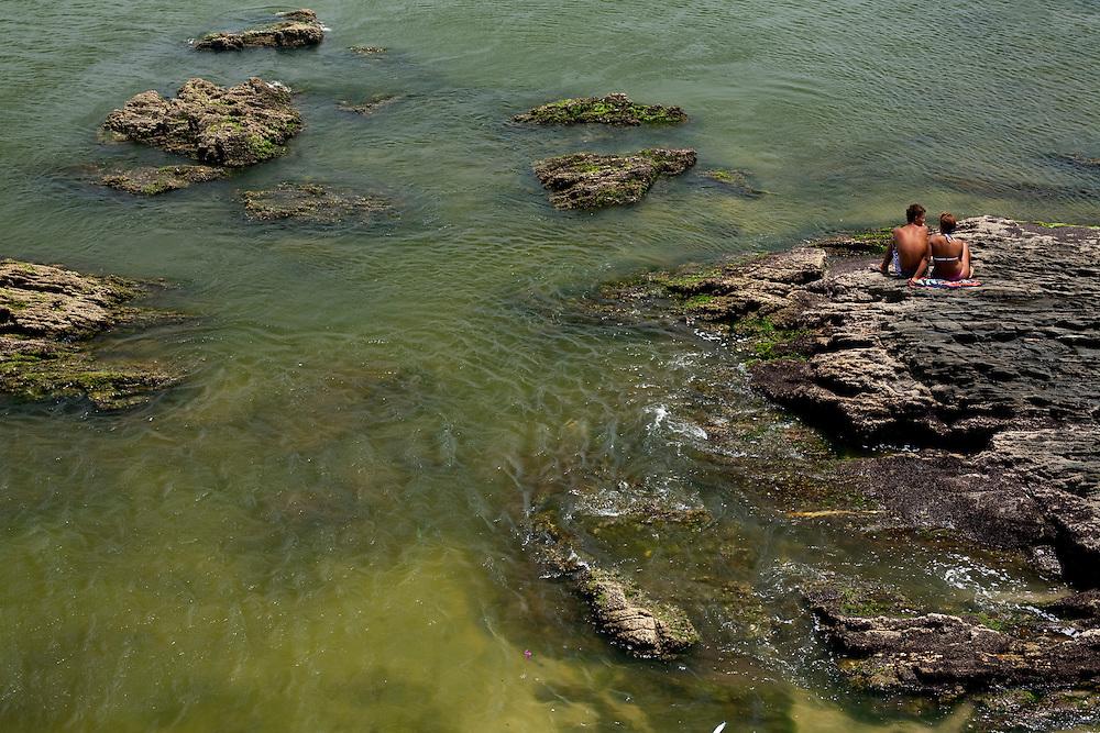Cao Frio_RJ, Brasil...Casal em uma praia em Cabo Frio...A couple in the beach in Cabo Frio...Foto: JOAO MARCOS ROSA / NITRO..