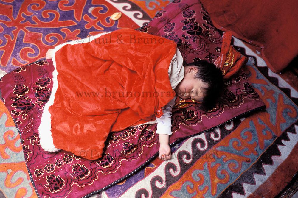 China. Sinkiang Province (Xinjiang). Karakul (Karakoul) lake (3500m altitude). Baby under the yourte. // Chine. Province du Sinkiang (Xinjiang). Lac Karakul (3500m d'altitude). Enfant sous la yourte.
