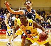 Basketball, 10. mars 2002, 1. finale BLNO.Rykkinnhallen,  Asker Aliens - Kongsberg Penguins 91-75. Vladimir Krupnikovic, Kongsberg, taper en duell med Cory Jenkins, Asker.
