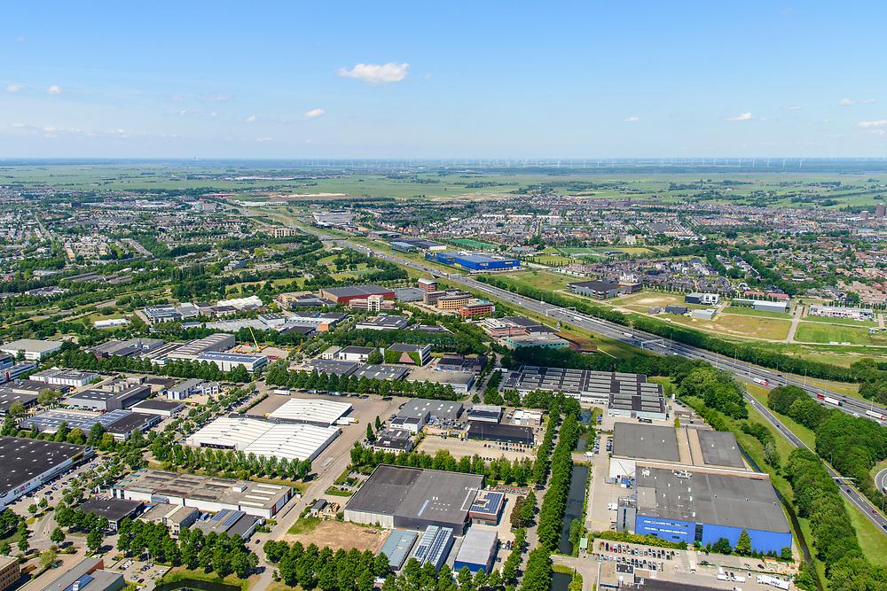Nederland, Gelderland, Amersfoort, 29-05-2019; Knooppunt Hoevelaken, verkeersknooppunt (klaverblad), aansluiting van de autosnelwegen A28 en A1 . A1 loopt tussen bedrijventerrein De Hoef (linksonder) en Vathorst (rechts).<br /> Hoevelaken junction, near Amersfoort<br /> <br /> aerial photo (additional fee required); luchtfoto (toeslag op standard tarieven); copyright foto/photo Siebe Swart