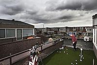 ALMERE - Max Schnitker, lid van GC Houtrak,  heeft met zijn broertje  een putting en pitch green op het balk0n van hun huis in Almere. COPYRIGHT KOEN SUYK