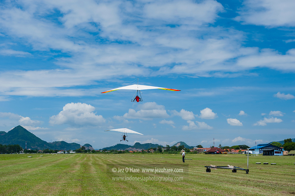 Koesnaidi Bohon (Almarhum/RIP), Indonesian hang gliding champion & instructor. Towing launch at HUT FASI, Lanud Sulaiman, Bandung, West Java, Indonesia