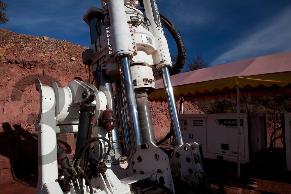 Unidad Milpillas de Peñoles. Municipio de Santa Cruz, Sonora, Mexico. Maquina Robbins haciendo un pozo de ventilación