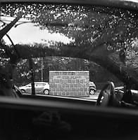 Et minnesmerke ved den tidligere Berlin muren fotografert gjennom vinduet til en parkert bil.<br /> <br /> Berlin street photography 2010. Gatefotografi fra Berlin i 2010.<br /> <br /> Foto: Svein Ove Ekornesvåg