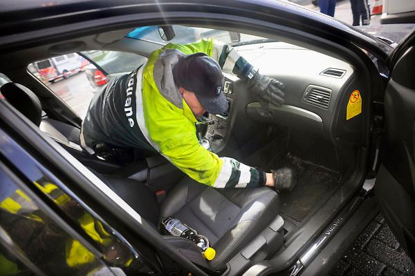 Nederland, A1, 1-4-2010Grenscontrole door de Douane en Marechaussee aan de grens met Duitsland. Een douanebeambte doorzoekt een auto met Pools kenteken.Foto: Flip Franssen/Hollandse Hoogte