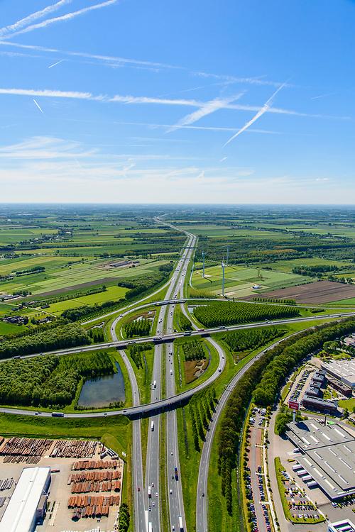 Nederland, Utrecht, gemeente Vijfheerenlanden , 13-05-2019; Knooppunt Everdingen, kruising van de rijkswegen A2 en A27 (min of meer vlnr), gedeeltelijk turbineknooppunt. <br /> Everdingen junction south of Utrecht.<br /> <br /> luchtfoto (toeslag op standard tarieven);<br /> aerial photo (additional fee required);<br /> copyright foto/photo Siebe Swart