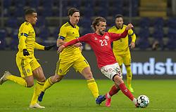 Lucas Andersen (Danmark) følges af Robin Quaison og Gustav Svensson (Sverige) under venskabskampen mellem Danmark og Sverige den 11. november 2020 på Brøndby Stadion (Foto: Claus Birch).