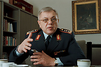 18 DEC 2000, BERLIN/GERMANY:<br /> Harald Kujat, Generalinspekteur der Bundeswehr, während einem Interview in seinem Buero, Julius-Leber-Kaserne<br /> Harald Kujat, General Inspector of the Federal German Armed Forces, during an interview, in his office, Julius-Leber -Kaserne<br /> IMAGE: 20001218-02/01-10<br /> KEYWORDS: General, Armee, Luftwaffe