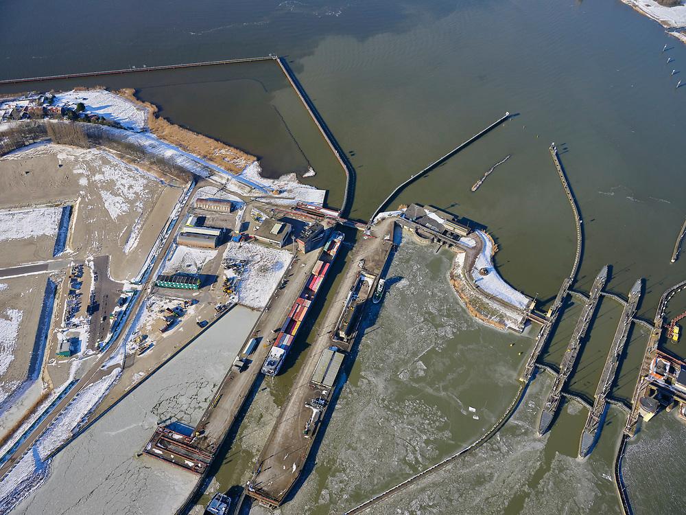 Nederland, Noord-Holland, Amsterdam, 13-02-2021; Oranjesluizen met containerschip wat geschut wordt.<br />  <br /> luchtfoto (toeslag op standaard tarieven);<br /> aerial photo (additional fee required)<br /> copyright © 2021 foto/photo Siebe Swar