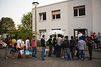 DEU, Deutschland, Germany, Berlin, 13.08.2015: Erstregistrierung von Flüchtlingen in der kurzfristig eingerichteten Notunterkunft im Berliner Stadtteil Karlshorst. Die vom DRK betriebene Erstaufnahmestelle in der Köpenicker Allee soll die Zentrale Aufnahmeeinrichtung für Asylbewerber der LaGeSo in Moabit entlasten.