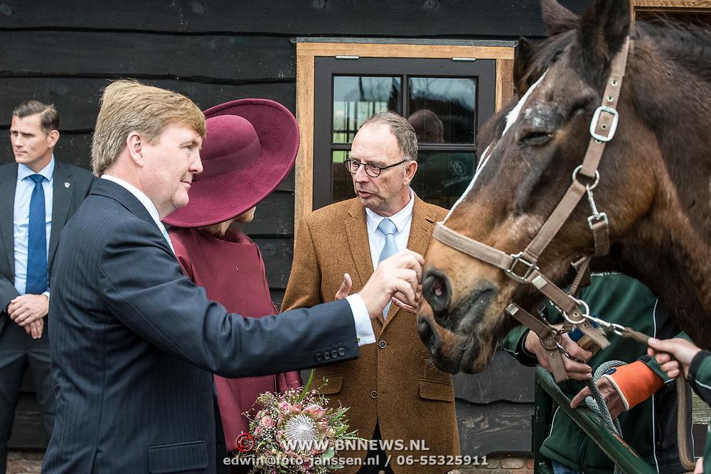 NLD/Amersfoort/20171024 - Streekbezoek Koning Alexander en koningin Maxima aan Eemland, Willem Alexander en Maxima aaien de paarden