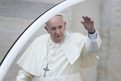 September 21, 2016 - Vatican City, Vatican - Pope Francis greets the faithful as he arrives to celebrate his Weekly General Audience in St. Peter's Square in Vatican City, Vatican on September 21, 2016. (Credit Image: © Giuseppe Ciccia/Pacific Press via ZUMA Wire)