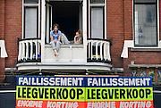 Nederland, Nijmegen, 30-3-2014 Een schoenenwinkel houdt leegverkoop vanwege een faillisement. In de binnenstad van Nijmegen komen steeds meer winkels leeg te staan. Winkeliers in de binnenstad, binnensteden, hebben naast de crisis ook veel last van verkoop van producten via internet. Boven de winkel is een woonhuis waarvan de kamers verhuurd worden. studentenhuis, kamerbewoning, kamerverhuur,kamerverhuurbedrijf. Foto: Flip Franssen/Hollandse Hoogte