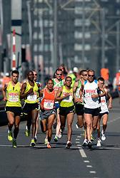 15-04-2007 ATLETIEK: FORTIS MARATHON: ROTTERDAM<br /> In Rotterdam werd zondag de 27e editie van de Marathon gehouden. De marathon werd rond de klok van 2 stilgelegd wegens de hitte en het grote aantal uitvallers / Koen Raymaekers, Greg van Hest en Hugo van den Broek op de Erasmusbrug<br /> ©2007-WWW.FOTOHOOGENDOORN.NL