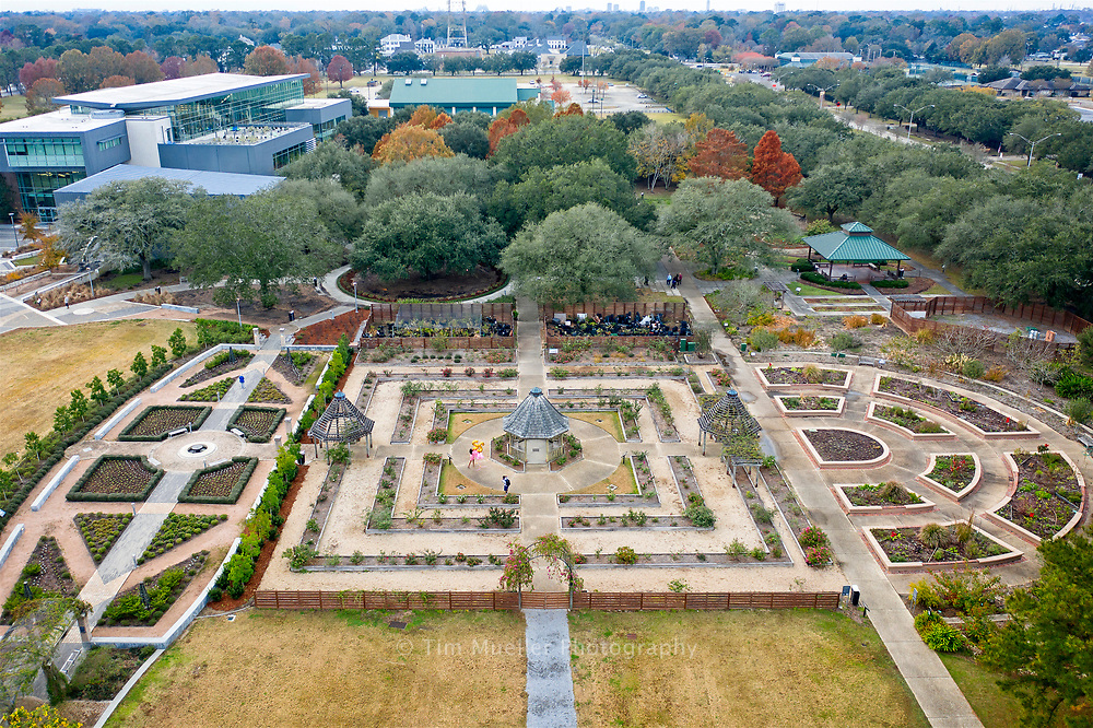 BREC's Independence Park Botanic Gardens contain displays of blooming woody ornamental plants, perennials, annuals, ground covers and wetland plants. The gardens feature the Rose Garden, the Crape Myrtle Garden, Sensory Garden, Children's Forest and the Louisiana Iris Garden as seen from above. The gardens are free to the public.