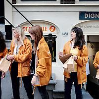 Nederland, Amsterdam, 25 juni 2015<br /> Dignita is een sociale onderneming en heeft zowel een restaurant als een winkel in Amsterdam aan de Oudezijds Achterburgwal Het Dignita restaurant is een lunch-brunch restaurant waar biologische voeding geserveert wordt. In de Dignita winkel worden producten verkocht ten behoeve van goede doelen, zoals bv voor voormalige prostituées uit voornamelijk de Oost Europese landen op de wallen die slachtoffer zijn geworden van mensensmokkelaars.<br /> Op de foto: medewerkers van Dignita verzamelen voor de winkel om soep te gaan distribueren in de buurt.<br /> 2e van links Toon Heemskerk.<br /> Toos Heemskerk geeft in Amsterdam leiding aan een project van Not For Sale. Deze internationale organisatie richt zich op het bestrijden van mensenhandel<br /> <br /> <br /> Foto: Jean-Pierre Jans