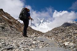 """THEMENBILD - Wanderer vor der Südwand des 8516m hohen Lhotse. Wanderung im Sagarmatha National Park in Nepal, in dem sich auch sein Namensgeber, der Mount Everest, befinden. In Nepali heißt der Everest Sagarmatha, was übersetzt """"Stirn des Himmels"""" bedeutet. Die Wanderung führte von Lukla über Namche Bazar und Gokyo bis ins Everest Base Camp und zum Gipfel des 6189m hohen Island Peak. Aufgenommen am 21.05.2018 in Nepal // Trekkingtour in the Sagarmatha National Park. Nepal on 2018/05/21. EXPA Pictures © 2018, PhotoCredit: EXPA/ Michael Gruber"""