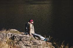 THEMENBILD - eine Frau geniesst die Sonne am Wildsee, aufgenommen am 20. Oktober 2018 in Fieberbrunn, Österreich // a woman enjoys the sun at the Wildsee, Fieberbrunn, Austria on 2018/10/20. EXPA Pictures © 2018, PhotoCredit: EXPA/ JFK