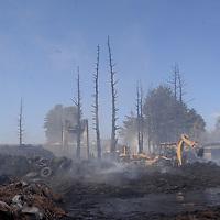 ZINCANTEPEC, México.- (Noviembre 23, 2017).- Bomberos de Toluca y otros municipios continúan trabajando en el incendio de neumáticos que se registro en Zinacantepec, a más de 30 horas de haber iniciado. Agencia MVT / Crisanta Espinosa.