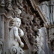 La facciata dell'ex Monastero dei Benedettini, ora università di lettere e filosofia a Catania..A sculpture on the facade of the former Benedectines Monastery, now letters and philosophy university in Catania.