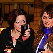 NLD/Amsterdam/20110125 - Opening Amsterdamse Effectenbeurs door cast Legally Blond,  Kim-Lian van der Meij en Laura Vlasblom kijken naar het resultaat van de gemaakte foto