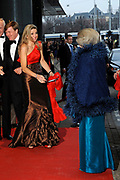125-jarig jubileum Concertgebouw en Koninklijk Concertgebouworkest.  Met dit jubileumconcert vieren de twee organisaties gezamenlijk hun 125-jarig bestaan.<br /> <br /> 125th anniversary Concertgebouw and Royal Concertgebouw Orchestra. With this anniversary concert celebrating the two organizations jointly their 125th anniversary.<br /> <br /> Op de foto / On the Photo: <br />   Prins Willem-Alexander, koningin Beatrix en prinses Maxima bij aankomst<br /> <br /> Prince Willem-Alexander, Queen Beatrix and Princess Maxima on arrival