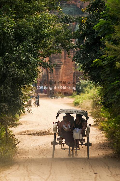 Myanmar, Pagan, déplacement en calèche sur le site archéologique // Myanmar, Pagan, carriage transportation in archeologic site