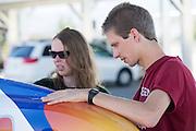Vincent repareert de schade aan VeloX IV na de val tijdens een training in de ochtend. Het Human Power Team Delft en Amsterdam (HPT), dat bestaat uit studenten van de TU Delft en de VU Amsterdam, is in Amerika om te proberen het record snelfietsen te verbreken. Momenteel zijn zij recordhouder, in 2013 reed Sebastiaan Bowier 133,78 km/h in de VeloX3. In Battle Mountain (Nevada) wordt ieder jaar de World Human Powered Speed Challenge gehouden. Tijdens deze wedstrijd wordt geprobeerd zo hard mogelijk te fietsen op pure menskracht. Ze halen snelheden tot 133 km/h. De deelnemers bestaan zowel uit teams van universiteiten als uit hobbyisten. Met de gestroomlijnde fietsen willen ze laten zien wat mogelijk is met menskracht. De speciale ligfietsen kunnen gezien worden als de Formule 1 van het fietsen. De kennis die wordt opgedaan wordt ook gebruikt om duurzaam vervoer verder te ontwikkelen.<br /> <br /> Vincent repairs the VeloX4 speed bike after a crash during a training. The Human Power Team Delft and Amsterdam, a team by students of the TU Delft and the VU Amsterdam, is in America to set a new  world record speed cycling. I 2013 the team broke the record, Sebastiaan Bowier rode 133,78 km/h (83,13 mph) with the VeloX3. In Battle Mountain (Nevada) each year the World Human Powered Speed Challenge is held. During this race they try to ride on pure manpower as hard as possible. Speeds up to 133 km/h are reached. The participants consist of both teams from universities and from hobbyists. With the sleek bikes they want to show what is possible with human power. The special recumbent bicycles can be seen as the Formula 1 of the bicycle. The knowledge gained is also used to develop sustainable transport.