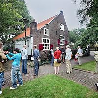 Nederland, Amsterdam , 6 juli 2012..kijkochtend in boerderij de Vergulden Eenhoorn..Het voormalig  buurthuis  en het complex staat nu te koop cq te huur..Op de foto: Geinteresseerden komen snel een kijkje nemen..Foto:Jean-Pierre Jans