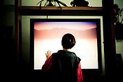 Esperando que empiece la película de Barney, tocando la pantalla del televisor.