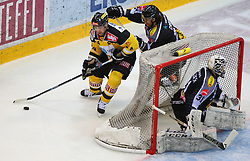02.02.2016, Albert Schultz Eishalle, Wien, AUT, EBEL, UPC Vienna Capitals vs Dornbirner Eishockey Club, Platzierungsrunde, im Bild Jonathan Ferland (UPC Vienna Capitals), Michael Caruso (Dornbirner EC) und David Madlener (Dornbirner EC) // during the Erste Bank Icehockey League placement round match between UPC Vienna Capitals and Dornbirner Eishockey Club at the Albert Schultz Ice Arena, Vienna, Austria on 2016/02/02. EXPA Pictures © 2016, PhotoCredit: EXPA/ Thomas Haumer