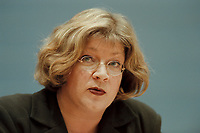 09 JAN 2001, BERLIN/GERMANY:<br /> Andrea Fischer, Bundesgesundheitsministerin a.D., gibt ihren Ruecktritt vom Amt der Bundesministerin vor der Bundespressekonferenz bekannt<br /> IMAGE: 20010109-01/01-19<br /> KEYWORDS: press conference, Rücktritt