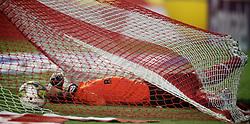 Sequência de fotos do goleiro Renan caindo dentro do seu gol na partida entre as equipes do Internacional e Grêmio, válida pelo classico GRENAL 386, primeiro jogo da final do campeonato Gaúcho 2011, no Estádio Beira Rio, em Porto Alegre. FOTO: Jefferson Bernardes/Preview.com