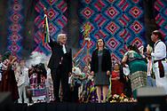 Representantes de pueblos originarios mexicanos entregan al presidente mexicano Andrés Manuel López Obrador, un bastón de mando simbólico. Esto en el Zócalo de la Ciudad de México luego de su toma de poder en el Congreso de la Unión.