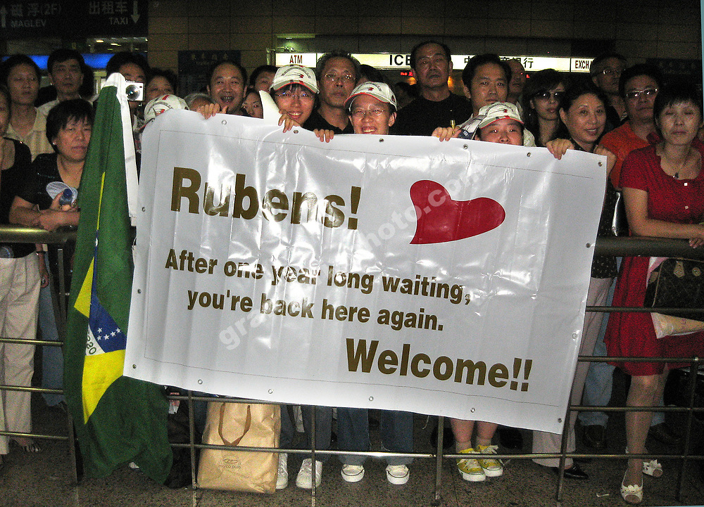Fans wais for Honda driver Rubens Barrichello in the Shanghai International Airport Pudong before the 2007 Chinese Grand Prix in Shanghai. Photo: Grand Prix Photo