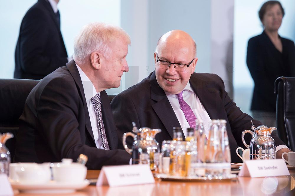 14 MAR 2018, BERLIN/GERMANY:<br /> Horst Seehofer (L), CSU, Bundesminister des Innern, fuer Bau und Heimat, Peter Altmaier (R), MdB, Bundesminister fuer Wirtschaft und Energie, im Gespraech, vor Beginn der ersten Sitzung des Kabinetts Merkel IV, Kabinettsaal, Bundeskanzleramt<br /> IMAGE: 20180314-02-001<br /> KEYWORDS: Kabinett, Kabinettsitzung, Sitzung,, neues Kabinett, Gespräch