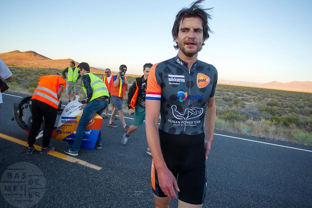 Jan Bos rijdt tijdens de vierde racedag in de woestijn van Nevada. Het Human Power Team Delft en Amsterdam (HPT), dat bestaat uit studenten van de TU Delft en de VU Amsterdam, is in Amerika om te proberen het record snelfietsen te verbreken. In Battle Mountain (Nevada) wordt ieder jaar de World Human Powered Speed Challenge gehouden. Tijdens deze wedstrijd wordt geprobeerd zo hard mogelijk te fietsen op pure menskracht. Het huidige record staat sinds 2015 op naam van de Canadees Todd Reichert die 139,45 km/h reed. De deelnemers bestaan zowel uit teams van universiteiten als uit hobbyisten. Met de gestroomlijnde fietsen willen ze laten zien wat mogelijk is met menskracht. De speciale ligfietsen kunnen gezien worden als de Formule 1 van het fietsen. De kennis die wordt opgedaan wordt ook gebruikt om duurzaam vervoer verder te ontwikkelen.<br /> <br /> The Human Power Team Delft and Amsterdam, a team by students of the TU Delft and the VU Amsterdam, is in America to set a new world record speed cycling.In Battle Mountain (Nevada) each year the World Human Powered Speed Challenge is held. During this race they try to ride on pure manpower as hard as possible. Since 2015 the Canadian Todd Reichert is record holder with a speed of 136,45 km/h. The participants consist of both teams from universities and from hobbyists. With the sleek bikes they want to show what is possible with human power. The special recumbent bicycles can be seen as the Formula 1 of the bicycle. The knowledge gained is also used to develop sustainable transport.