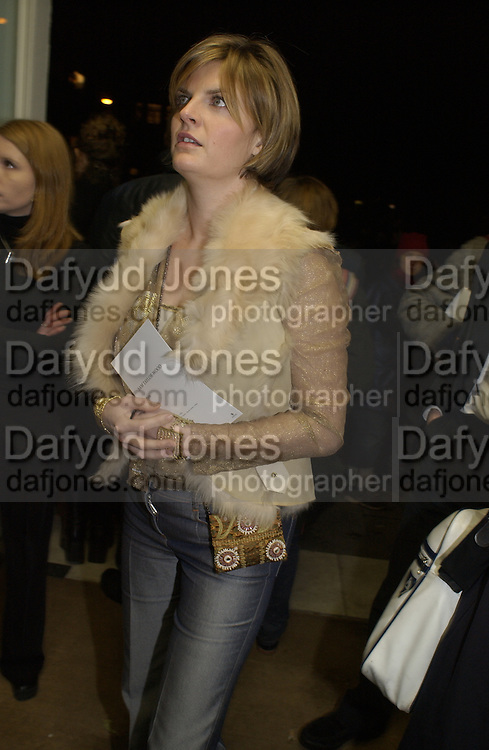 Susannah Constantine. Sam Taylor Wood opening. White Cube. London. 22 Nov 2001. © Copyright Photograph by Dafydd Jones 66 Stockwell Park Rd. London SW9 0DA Tel 020 7733 0108 www.dafjones.com