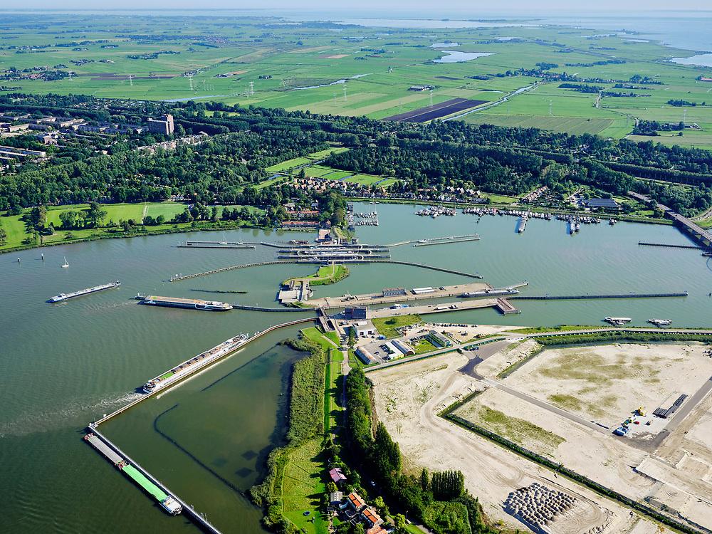 Nederland, Noord-Holland, Gemeente Amsterdam; 02-09-2020; Zeeburg met Zeeburgereiland, het nog onbebouwde deel is de toekomstige Sluisbuurt. Zeeburgereiland huisvestte in het verleden de rioolwaterzuiveringsinstallatie Oost (RWZI Oost).<br /> De Oranjesluizen scheiden het Afgesloten IJ (Binnen-IJ) van het Buiten-IJ. Zicht op Schellingwoude.<br /> Zeeburg with Zeeburgereiland, the undeveloped part is the future Sluisbuurt. Zeeburgereiland used to house the Eastern sewage treatment plant (WWTP East).<br /> luchtfoto (toeslag op standaard tarieven);<br /> aerial photo (additional fee required)<br /> copyright © 2020 foto/photo Siebe Swart
