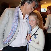 NLD/Den Haag/20110731 - Premiere musical Alice in Wonderland met K3, Emile Ratelband met dochter Beau