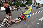 Een wandelaar krijgt een paar kilometer voor de finish op de Via Gladiola nog een beenmassage van het publiek