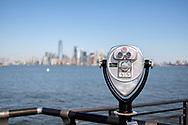 NEW YORK  2020V10<br /> Kikare på Liberty Island med Manhattan i bakgrunden.<br /> <br /> Foto: Per Danielsson/Projekt.P