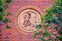 République d'Irlande, Dublin, batiment du quartier de Saint Patrick construit par Sir Guinness, bas-relief representant les Voyages de Gulliver de Jonathan Swift // Republic of Ireland; Dublin, building in the Saint Patrick district, built by Sir Guinness, Gulliver's travel lilliput story carving from  Jonathan Swift