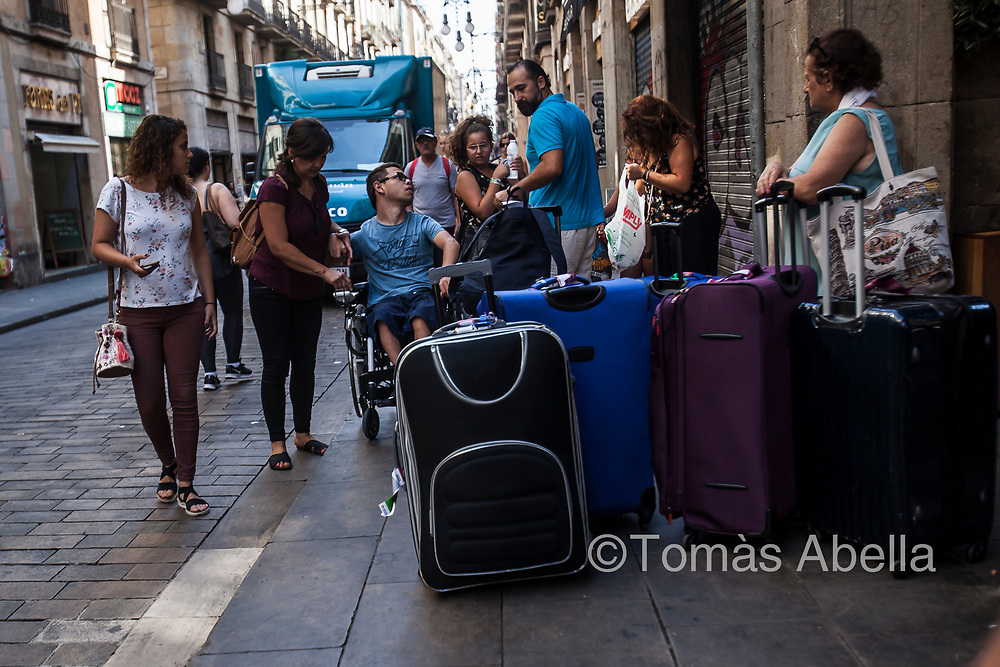 People with reduced mobility are more vulnerable. They experience even more anguish and powerlessness than other people when faced with the overcrowding of public space through mass tourism. Ferran street, Ciutat Vella district.
