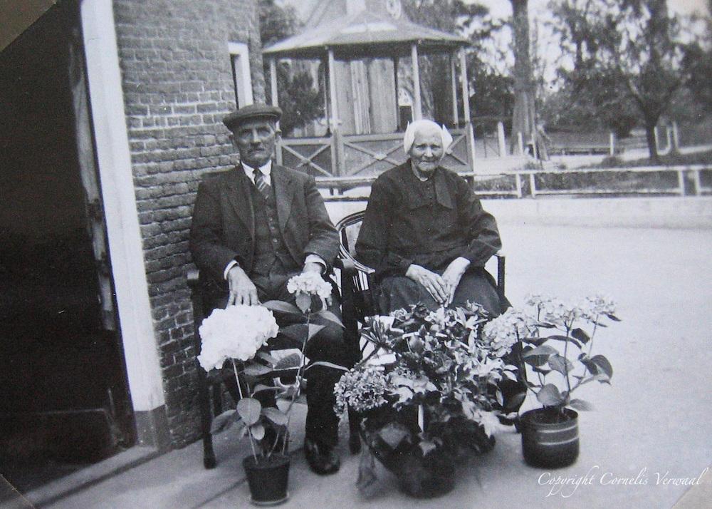 Gerrit en (Opoe) Grietje den Hoed in de Kleine Straat in Ammerstol op 5 Juni, 1941.