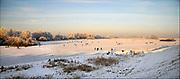Nederland, Nijmegen, 9-1-2009Op de oude waal in de ooijpolder, een dode arm van de rivier, schaatsen mensen in de schrale zon.Foto: Flip Franssen
