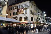 Italie, Bolzano, 8-3-2008..Jongeren die uitgaan in het centrum van de stad. Bolzano, Bozen, is na de eerste wereldoorlog bij Italië gevoegd en is tweetalig. De bevolking is sterk gericht op Oostenrijk...Foto: Flip Franssen