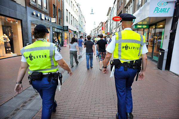 Nederland, Nijmegen, 23-7-2010Politie houdt toezicht tijdens de zomerfeesten. Foto: Flip Franssen/Hollandse Hoogte
