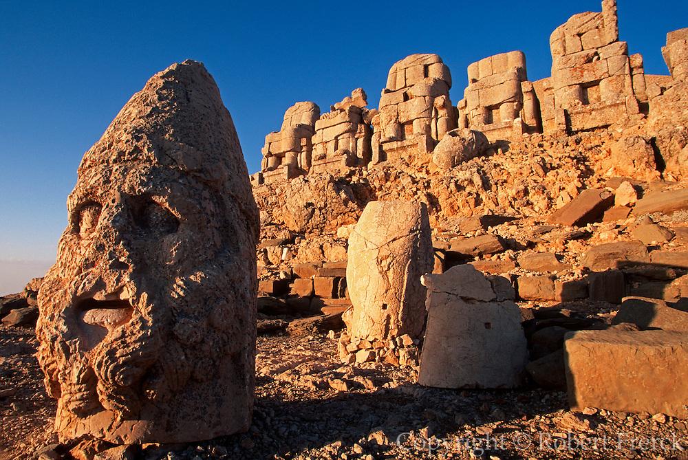 TURKEY, NEMRUT DAGI shrine to gods and Antiochus I tomb
